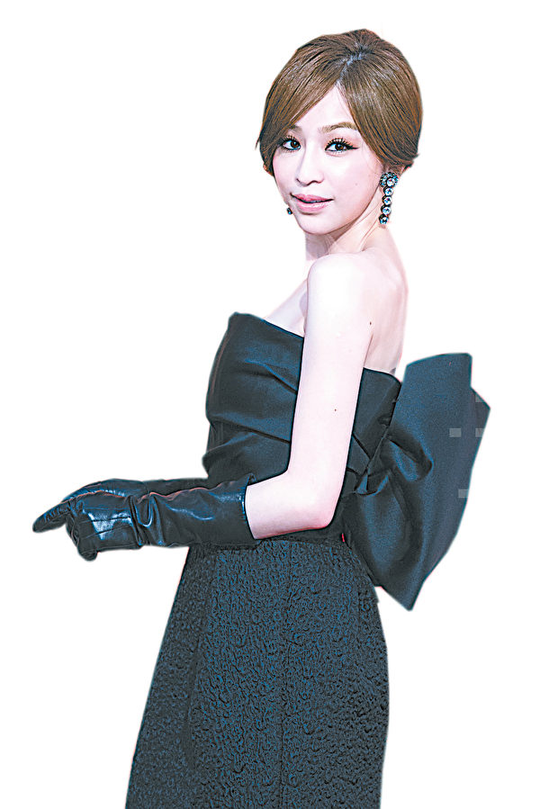 王心凌穿著黑色平口小禮服搭配鏤空短靴,甜美個性。(攝影:陳柏州/大紀元)