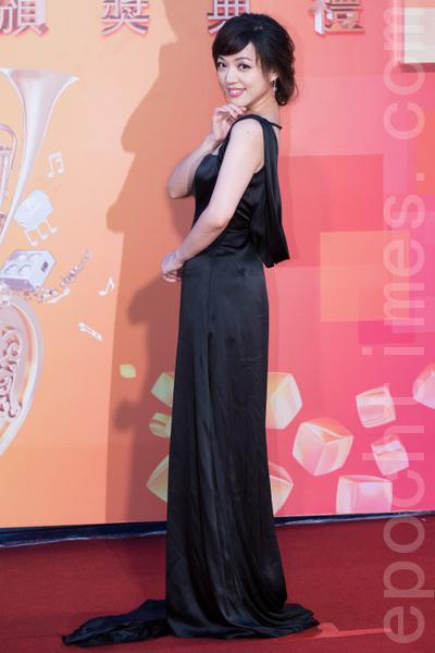 秀蘭瑪雅以黑色曳地亮緞禮服,沉靜典雅。(攝影:陳柏州/大紀元)