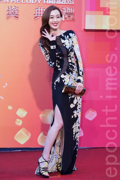 范瑋琪穿著黑底花卉高衩禮服,搭配紅唇營造東洋風情。(攝影:陳柏州/大紀元)