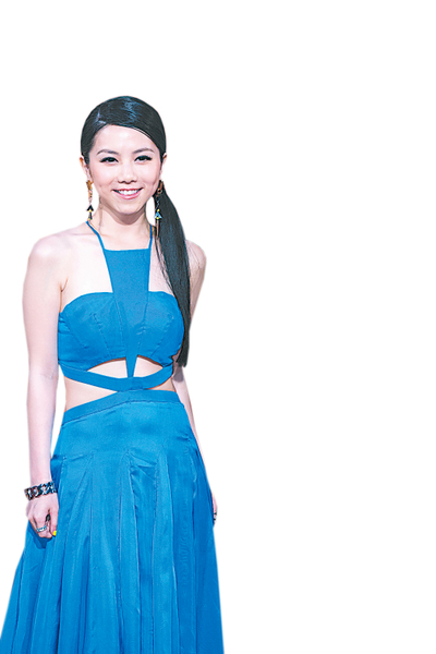 鄧紫棋以寶藍色露腰禮服小秀蠻腰,林宥嘉穿著黑色透膚紗襯衫,手牽手走紅毯大放甜蜜閃光。(攝影:陳柏州/大紀元)