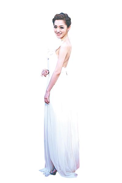 楊千霈穿著微透膚的米色雪紡長禮服,大花朵點綴出嬌嫩華美。(攝影:陳柏州/大紀元)