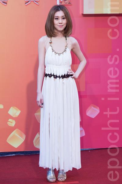白安繞頸白色不規則下襬抓縐洋裝。(攝影:陳柏州/大紀元)