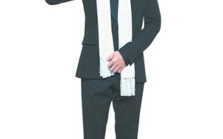 【福山雅治潇洒白围巾 红毯帅翻】今年红毯第一大帅哥,台湾拱手让给日本大帅哥福山雅治,他以潇洒白围巾和爽朗笑容迷倒红毯众粉丝。(摄影:陈柏州/大纪元)