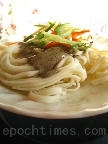 美味的夏日凉面,黑白芝麻沙拉酱是主角。(摄影:杨美琴/大纪元)