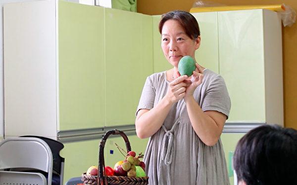 德兰的老师拿出不同种类的芒果,一颗一颗介绍,大家学会后就开始自己动手做芒果锉冰。(摄影:陈霆 / 大纪元)