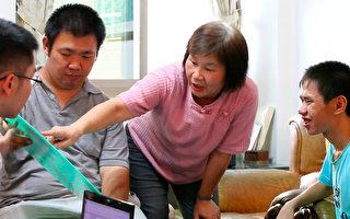 在德兰服务21年的王淑英老师表示,虽然他们不能完整表达自己,还是有观点的。社工都会制作餐点的图卡,让他们选择每天的菜色。(摄影:陈霆 / 大纪元)