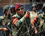 目前有迹象表明,埃及军方罢黜穆尔西的行动似乎有计划有预谋,而不是在紧急情况下做出的反应。去年11月穆尔西发布命令授予自己无限权力之后,埃及军方同反对派开始秘密接触。 ( Spencer Platt/Getty Images)