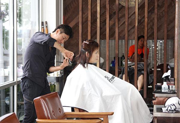 Choi总经理为客人美发。(摄影:李今春/大纪元)