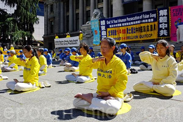 圖:溫哥華法輪功學員與三退義工進行集會,紀念720反迫害14週年,聲援1.4億中國勇士三退義舉。 (攝影:景浩/大紀元)