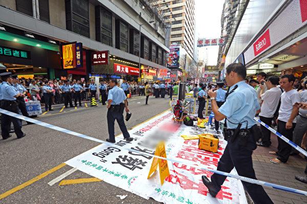 香港警方封鎖整條街道,阻止香港市民接近法輪功真相點。(攝影:潘在殊/大紀元)