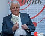 烏克蘭第一任總統手持《九評》(俄文版)向與會的青年記者暢談。(圖片來源:《白天》網站)