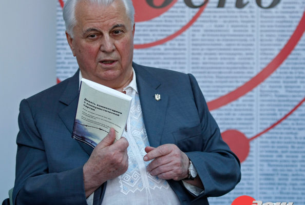乌克兰第一任总统手持《九评》(俄文版)向与会的青年记者畅谈。(图片来源:《白天》网站)