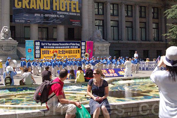 圖:溫哥華法輪功學員與三退義工進行集會,紀念720反迫害14週年,聲援1.4億中國勇士三退義舉。 (攝影:邱晨/大紀元)
