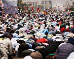 埃及国防部长赛西于2013年7月14日,首次在电视发表罢黜首任民选总统穆尔西是顺应民意的抉择。但穆尔西的支持者指控他叛国应下台接受审判。图为大批穆尔西支持者,12日持续在开罗附近的清真寺外抗争,并进行穆斯林斋戒月的祈祷仪式。(Spencer Platt/Getty Images)