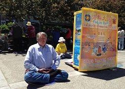克里斯.纪泽(Chris Kitze)在旧金山花园角炼功 。(图:明慧网)