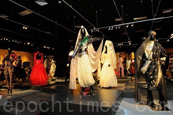 香港文化博物馆获刘培基慷慨捐赠其珍藏作品,7月17日起展出近70套他的作品,包括20多套为梅艳芳塑造不同形象的舞台服。(摄影:宋祥龙/大纪元)