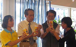 县长曹启鸿(左2)抽出鳕鱼香丝化身求运签诗。(摄影:简惠敏/大纪元)