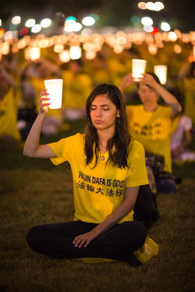 """2013年7月18日,来自美东各地和华盛顿DC部分法轮功学员约1,500人汇集在美国首都华盛顿DC国家公园,悼念因坚守""""真、善、忍""""信仰而遭受中共残酷迫害致死的法轮功学员。(爱德华/大纪元)"""