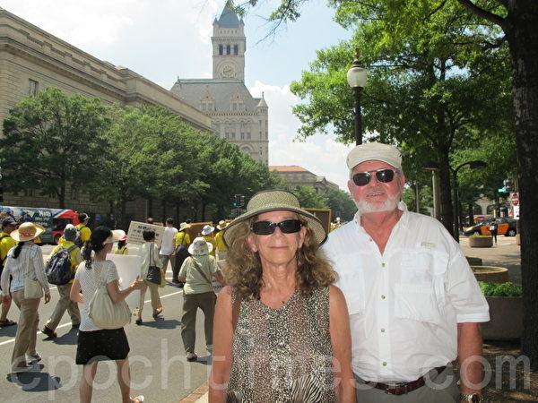 前製造公司老闆Arlam先生和保險經紀人Dale女士在華府巧遇遊行,Arlam先生非常欣賞遊行隊伍的平和。Dale女士表示:「因為它能將這件事擺在人們面前,幫人理解正在中國發生的迫害,這是非常重要的。」(攝影:蘇子清/大紀元)