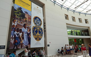 众多游客慕名前来观看法贝热珠宝展览。(摄影:杨天仪/大纪元)
