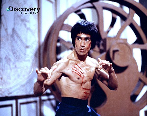 武術巨星李小龍拍攝「死亡遊戲」期間猝死,劇組為此改寫劇本,並拍攝他真實的喪禮及遺體臉部特寫用於電影中,讓李小龍演完人生最後一場戲(Discovery提供)。(中央社)