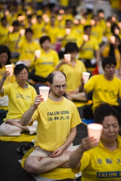 """2013年7月20日,来自纽约市的部分法轮功学员聚集在纽约中领馆前,悼念因坚守""""真、善、忍""""信仰而遭受中共残酷迫害致死的法轮功学员。(爱德华/大纪元)"""