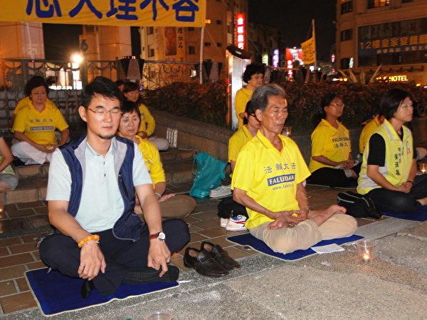 立委劉建國(左)李應元辦公室執行長 黃淑敏(右)與法輪功學員一起靜坐。(李芳如/大紀元)