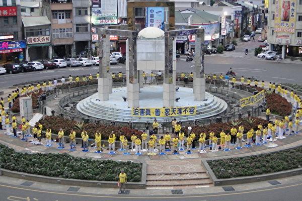 雲林各鄉鎮的法輪功學員在斗六圓環,舉行悼念會。(李芳如/大紀元)