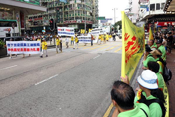中共江澤民鎮壓法輪功的外圍組織香港青關會意圖干擾和破壞香港法輪功反迫害14周年集會遊行,但青關會的醜惡行徑反而激起市民對法輪功的認同。(攝影:潘在殊/大紀元)