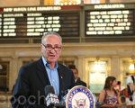 舒默7月21日在曼哈頓的大中央車站舉行的記者會上。(攝影 杜國輝/大紀元)