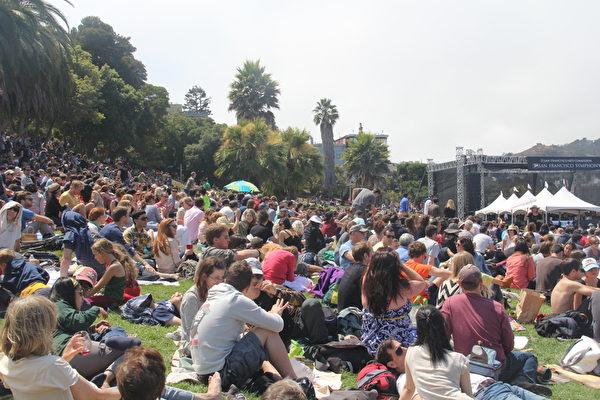 7月21日,舊金山交響樂團舉辦一年一度免費音樂會,吸引上千人。(丘石/大紀元)