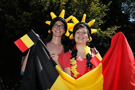 挥舞著比利时国旗的女子。(Dean Mouhtaropoulos/Getty Images)