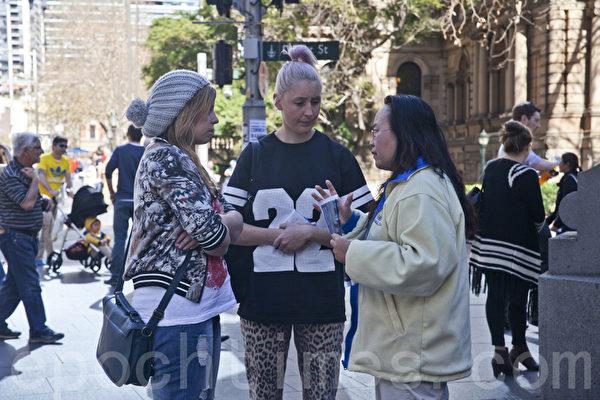 7月20日,在悉尼市中心维多利亚女皇大厦门前,姚女士向人们讲真相。(袁丽/大纪元)