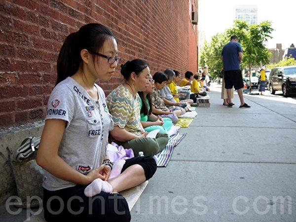 2013年7月20日法輪功學員在芝加哥中領館前集會,紀念法輪功和平反迫害十四週年。(攝影:溫文清/大紀元)