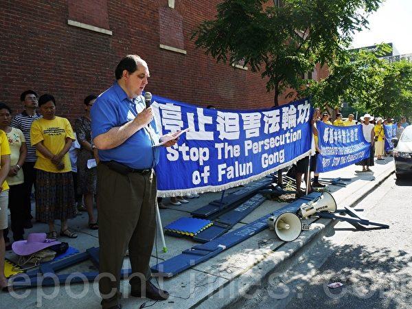 2013年7月20日法輪功學員在芝加哥中領館前集會,法輪功學員格利高裡說:「中共不等於中國,只有沒有共產黨,才有新中國。」(攝影:溫文清/大紀元)