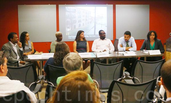 7月23日,纽约下城,社区组织众人发表了于彭博桑迪重建报告的分析。图右三为David Shuffler,右四为Bettina Damiani。(摄影﹕杜国辉/大纪元)