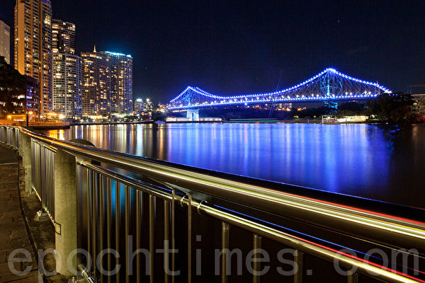 澳洲布里斯本特于7月22日下午4时起在史拖利桥,布里斯本市政府及Reddacliff Place点蓝色灯庆祝祝英国小王子诞生。(摄影:许卫良/大纪元)