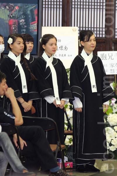 翁静晶致悼辞时为亡夫讨公道。(摄影 : 潘在殊/大纪元)