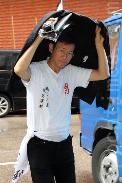 郑少秋冒雨送别刘师傅,更表示忆师傅致失眠。(摄影 : 潘在殊/大纪元)