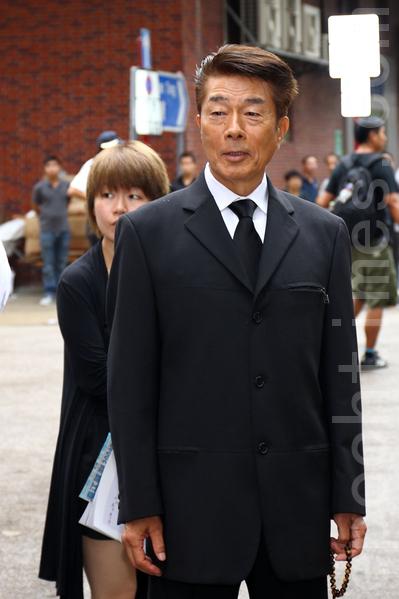 仓田保昭到场送别。(摄影 : 潘在殊/大纪元)