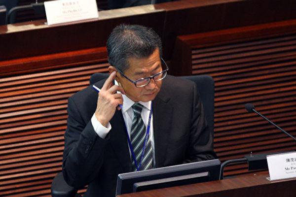 香港發展局長陳茂波的囤地醜聞風波越演越烈,他7月25日出席立法會發展事務委員會的公聽會,多個民團和議員批評其誠信破產,要求他立即下台。(攝影:潘在殊/大紀元)