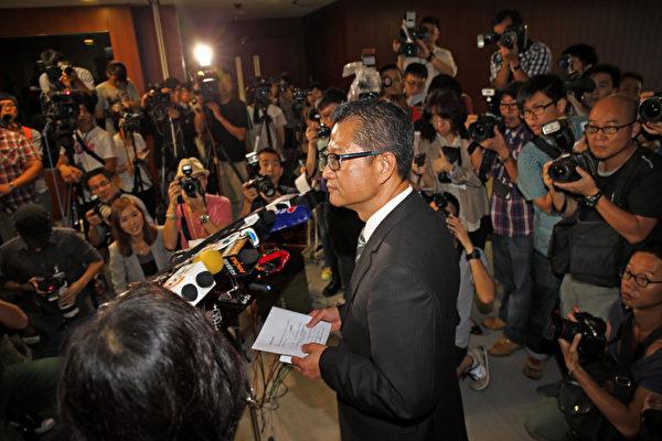 香港發展局長陳茂波的囤地醜聞風波越演越烈,他7月25日出席立法會發展事務委員會的公聽會,會後被大批傳媒圍堵,被困大約一個小時後被迫接受傳媒訪問,但無法消除外界的疑慮。(攝影:潘在殊/大紀元)