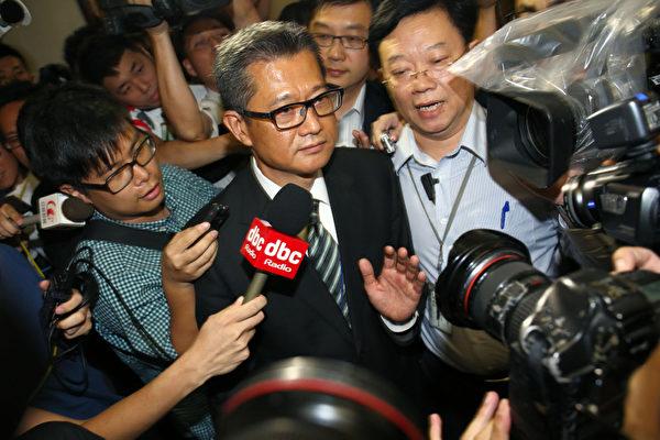 香港發展局長陳茂波的囤地醜聞風波越演越烈,他7月25日出席立法會發展事務委員會的公聽會,多個民團和議員批評其誠信破產,要求他立即下台,陳茂波會後拒絕回答問題,被大批傳媒圍堵,被困立法會大約一個小時。(攝影:潘在殊/大紀元)