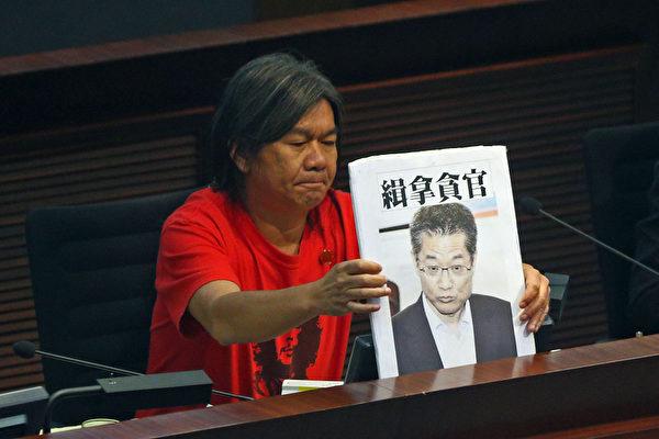 香港發展局長陳茂波的囤地醜聞風波越演越烈,他7月25日出席立法會發展事務委員會的公聽會,多個民團和議員批評其誠信破產,要求他立即下台,圖為立法會議員梁國雄。(攝影:潘在殊/大紀元)