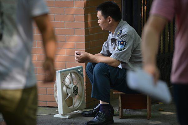中國大陸這幾天熱得象「蒸籠」。北京、杭州24日最高溫度分別達到攝氏39.5及40.4度;上海25日更飆高到40.9度,發佈高溫紅色預警。(Peter PARKS/AFP)
