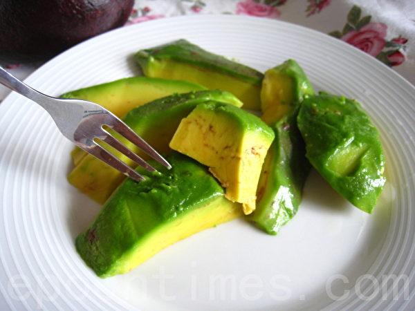 酪梨直接切块食用(摄影:杨美琴/大纪元)