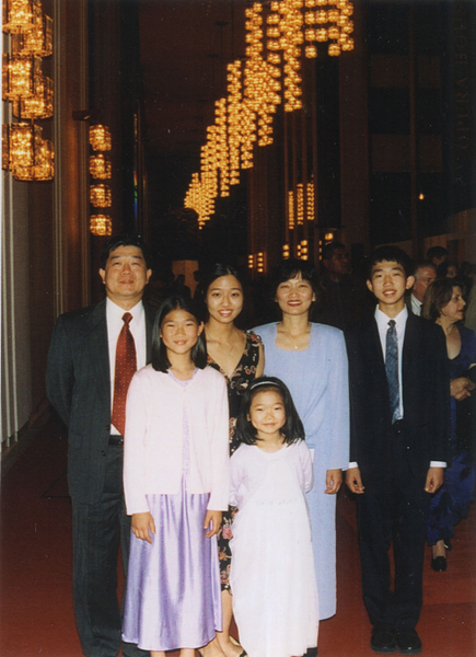 吳弭(後左二)和父母、弟弟、兩位妹妹的全家福照。(吳弭提供)