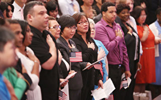 美國移民局最新數據指出,2018財年批准的入籍申請數量達到近五年來的新高。圖為新移民宣誓效忠美國。(杜國輝/大紀元)