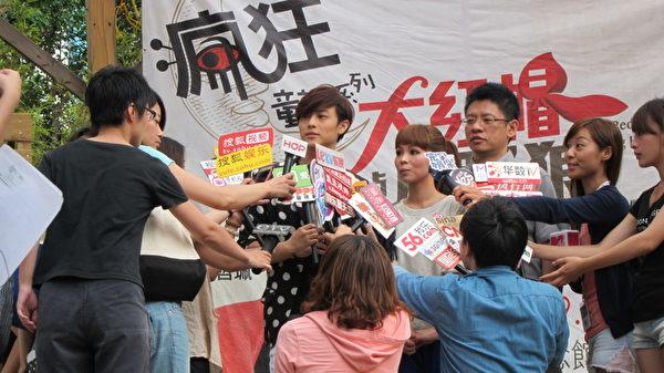 《大紅帽與小野狼:不讓你走ㄆㄧㄢ》台北簽唱會。(圖/全民大劇團提供)