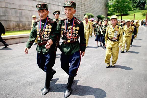 朝鲜平壤,退伍老兵赶着观摩纪念朝鲜战争停战60周年的广场阅兵。对政府感激的眼泪可以拼命挤,对领袖赞美的言辞可以玩命编,可长年食不果腹的瘦骨嶙峋和营养不良的面黄肌瘦,却难以掩饰。在穷兵赎武的朝鲜民主主义人民共和国,能用来作秀、荣誉满身的军人尚且如此,散落凡间的黎民百姓可想而知。(Ed Jones/AFP)